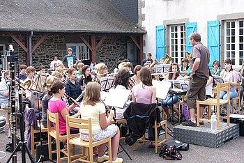Orchesterprobe vor der Herberge